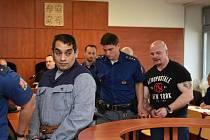 Obžalovaní muži před krajským soudem. Podle obžaloby mají na svědomí i přepadení banky v Klášterci nad Ohří.