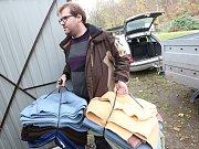 Matrace a deky vyřazené z ubytovacích kolejí umiverzity věnovala správa psímu útulku.