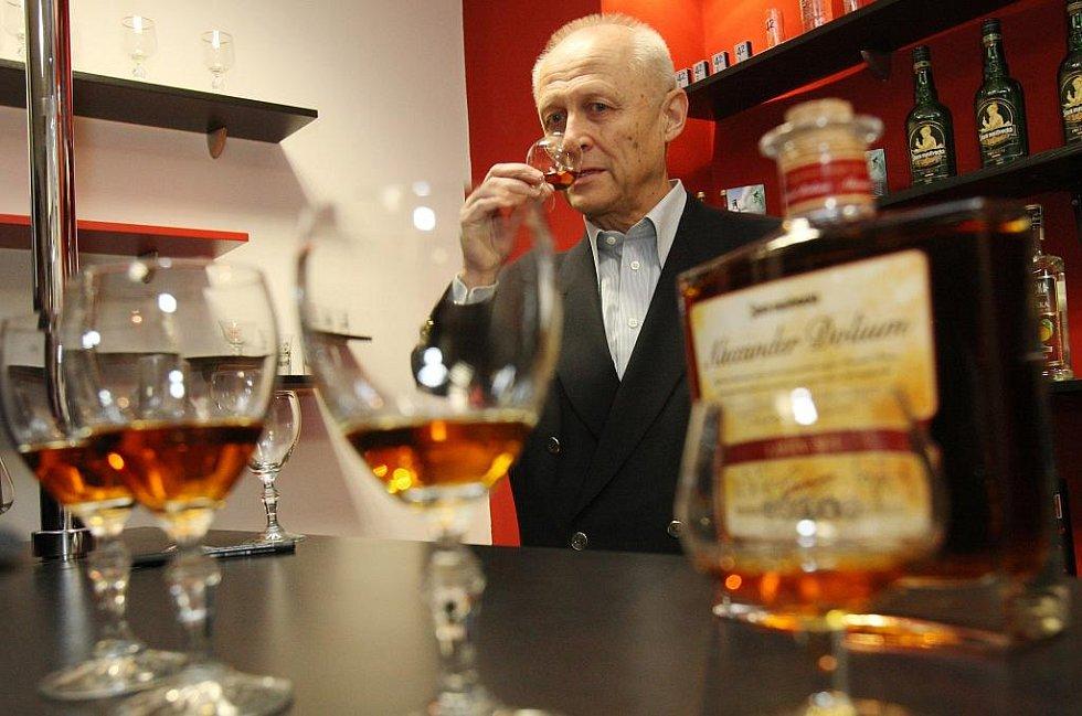 Stará myslivecká Premium, jež zrála zhruba osmnáct měsíců v sudech z amerického bílého dubu po bourbonu, se stane prestižní a limitovanou záležitostí krásnobřezenské likérky.