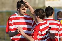 Fotbalisté Brné (modro-žlutí) vstup do odvet v 1.B třídě zvládli, zvítězili totiž v Trnovanech 3:1.
