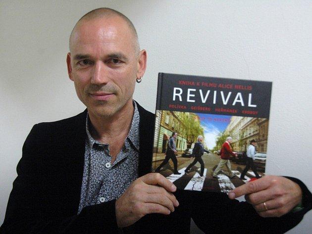 """Přidat CD ke knížce je dobrý nápad. """"Ale já to mohu vnímat i obráceně. Pro mě může být knížka """"Revival"""" booklet k CD,"""" smál se hudebník a herec Jan Ponocný."""
