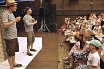Herci ze souboru Činoherák Ústí předvedli dětem z ústeckých škol komediální maňáskové představení Lakomá Barka.