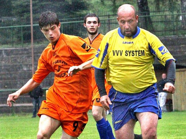 Karel Pekař mladší (vlevo) dříve hrával za Povrly, letos se ale stal v dresu M. Března nejlepším střelcem 2. třídy.