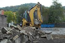 Na ploše bývalého autobazaru na rohu ulice U Stadionu a Herbenova pracuje stavební technika.