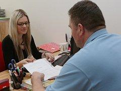 PRYČ S DLUHY pomohla Petrovi pracovnice Poradny při finanční tísni Petra Hadašová.