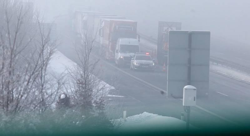 Ucpaná dálnice D8 u hranic s Německem na Ústecku, 15. února 2021