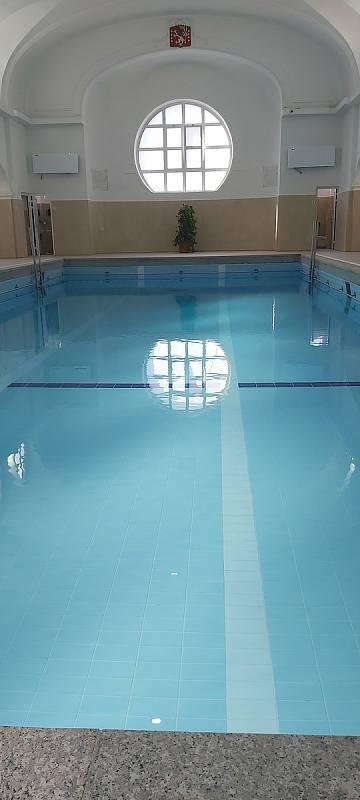 Z otevření bazénu v městských lázních.