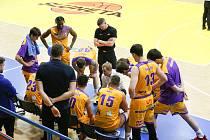 Basketbalisté SLUNETA Ústí nad Labem s trenérem Janem Šotnarem, ilustrační foto