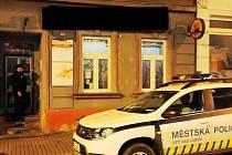 Ústečtí strážníci kontrolují podnik, zda má po 22. hodině zavřeno