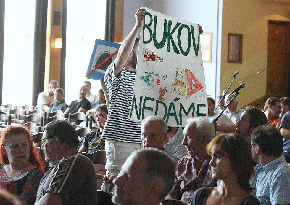 V to se změnilo veřejné projednávání návrhu územního plánu v Domě kultury. Nejvíce lidé protestovali proti plánovaným tunelům.