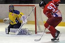 Ústečtí hokejisté (žluté dresy) vyhráli v Olomouci 3:1 a dál vedou prvoligovou soutěž.