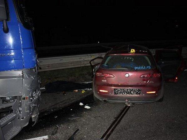 Řidič osobního vozu najel do pravého jízdního pruhu a nedal přednost vjízdě nákladnímu tahači.