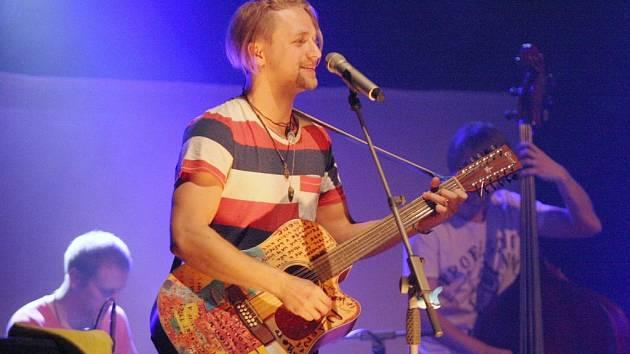 Ve velkém sále DK Ústí vystoupil Český zlatý slavík Tomáš Klus spolu s kapelou.