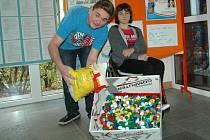 Peníze na nový vozík pro Hanku (na snímku s Petrem Bilyjem) se snaží získat sběrem plastových víček děti na ZŠ Mírová.