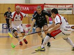 Florbalisté Ústí (bílé dresy) jsou v play off na pokraji vyřazení.