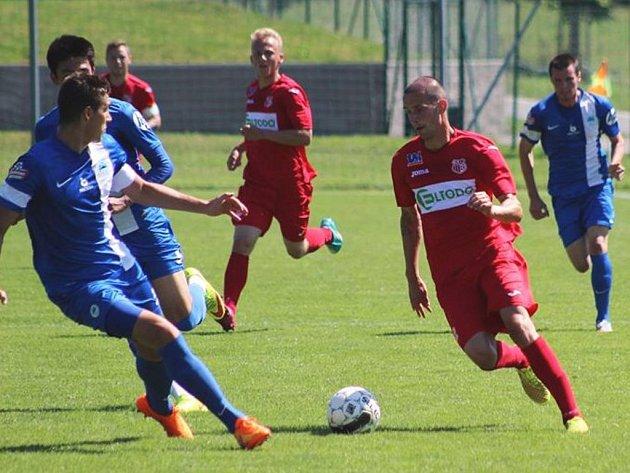 Fotbalisté Ústí (červení) si před týdnem poradili s juniorkou Liberce (7:2) a nyní zvítězili v Bischofswerdě 1:0.