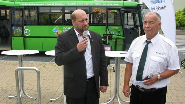 Autobus pokřtil krajský radní pro dopravu Jaroslav Komínek (vlevo) a herec Ivan Vyskočil.