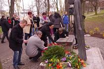 Ústečané se spolu s politiky sešli u pomníku Oblbrama Zoubka obětem komunismu v Městských sadech, aby si připoměli obě výročí 17. listopadu, z roku 1939 i 1989.