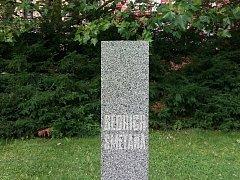 UKRADENÁ BUSTA. Ve čtvrtek v podvečer kdosi ukradl ve Smetanových sadech bustu hudebního skladatele, podle kterých je park pojmenován, Bedřicha Smetany.