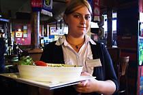 Anglické těstoviny, se špenátem a slaninou. Na smímku učenka oboru servírka Ilona Mazourková.