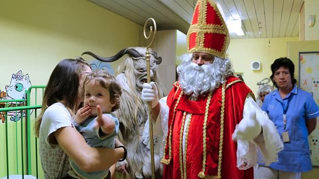 Mikuláš, čerti a anděl navštívili děti v ústecké nemocnici
