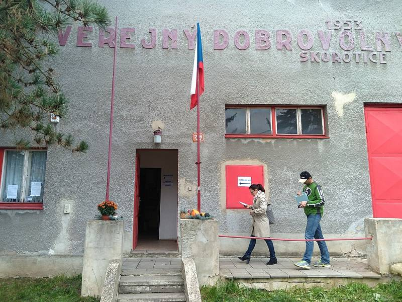 Volební místnost v hasičárně ve Skoroticích