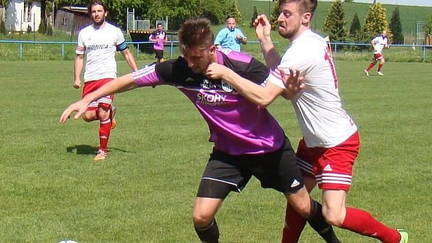 Fotbalisté Neštěmic (bílo-červení) prohráli v Modlanech 0:1.