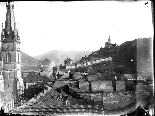 Mockerova přestavba vrátila dominanci gotickému kostelu upozaděnému novou zástavbou průmyslového města.