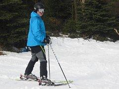 Zájem lyžařů kvůli teplému počasí opadá. O víkendu přijely do Telnice jen stovky lidí.