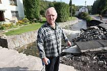 Dva měsíce po povodni mají Veselovští konečně pořádný mostek ke svému domu. Nyní šetří na zábradlí a novou branku.