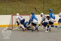 Hokejbalisté ústecké Elby (v bílém) zdolali Letohrad 5:1.