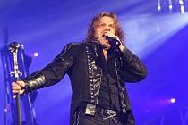 Koncert skupiny Kabát  v Ústí nad Labem byl doslova pekelný a frontman kapely obíhal pódium na Zimním stadionu jako lev v kleci. Fanoušci se bavili!