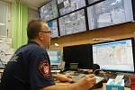 Strážník sleduje záběry z kamerového systému v Ústí nad Labem