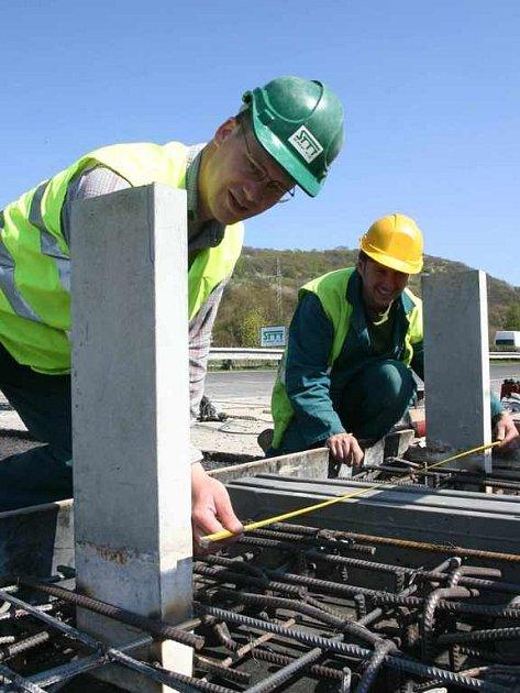 Stavbaři pracují na opravě mostu v Řehlovicích
