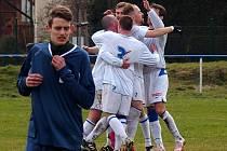 Fotbalisté Chabařovic (bílé dresy) porazili Horní Podluží 3:2.