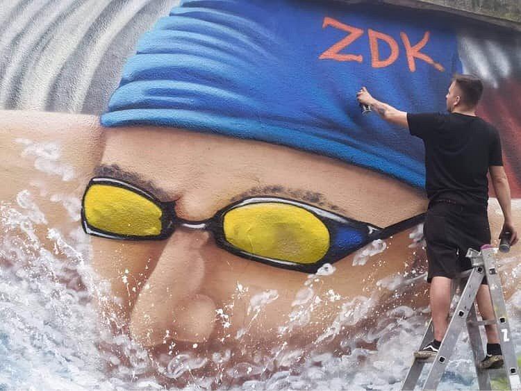 Lukáš Brožovský nasprejoval obří portrét ústeckého plavce Jana Šefla. Brožovský mu chtěl vzdát hold. Jeho výtvor na zdi protiatomového krytu u hotelu Vladimir zmizel už po deseti dnech.