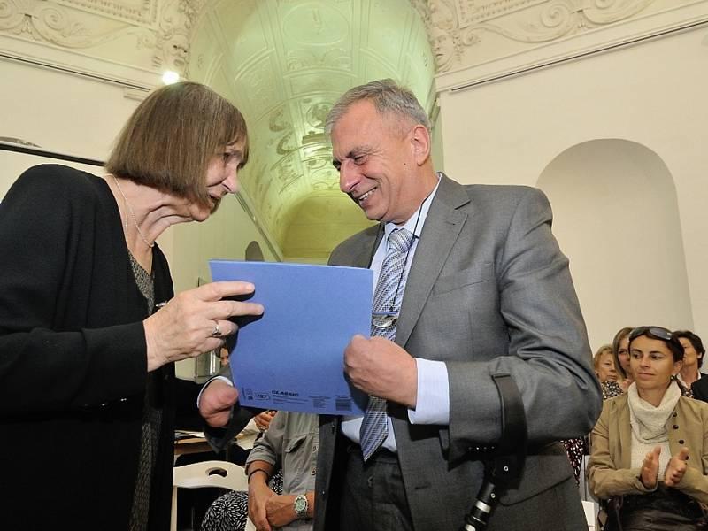 Josef Kočí přebírá Cenu Olgy Havlové z rukou Dany Němcové, předsedkyně správní rady Nadace Olgy Havlové.
