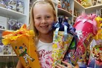 Kornout plný dobrůtek je jakousi odměnou pro dítě při nástupu do školy. Jde o významný mezník v jeho životě. Na snímku v prodejně Čoko dárek je Lea Herychová.