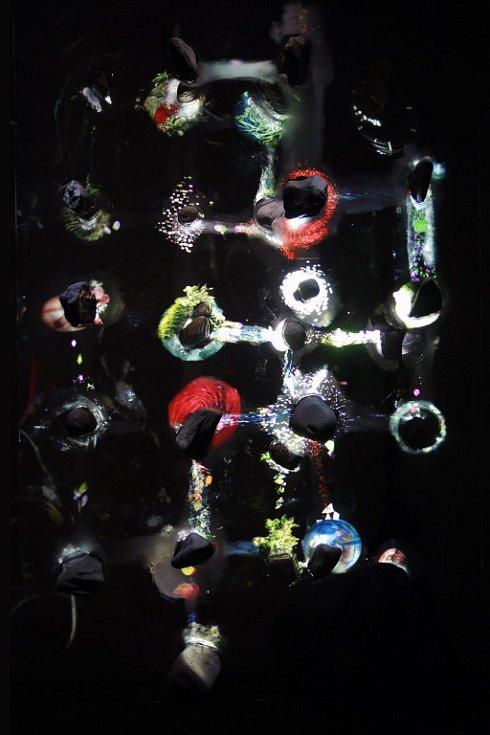 Jakub Nepraš, Meadow, 2011, videoprojekce na dvouvrstvém objektu, 4minutová smyčka, 170x95x40 cm.