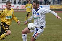 Fotbalista Emil Rilke (vpravo) pokračuje s rekonvalescencí zraněného kolene a brzy se chce zapojit do tréninku.