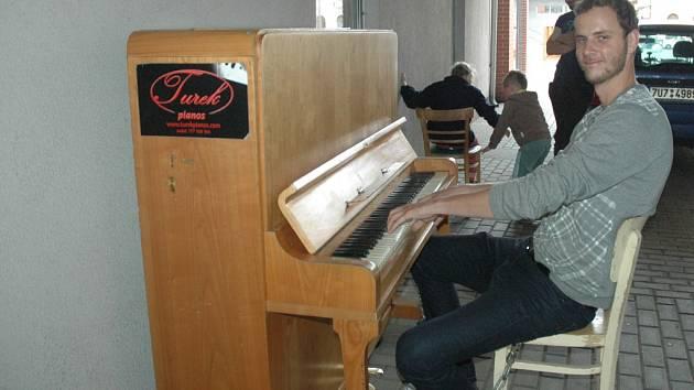 Každý, kdo chce předvést své umění ve hře na piano, má od pátečního odpoledne šanci v průchodu OC Forum v centru Ústí.