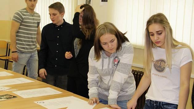 Den poezie připravili češtináři pro žáky Střední školy obchodu, řemesel a služeb v Krásném Březně.