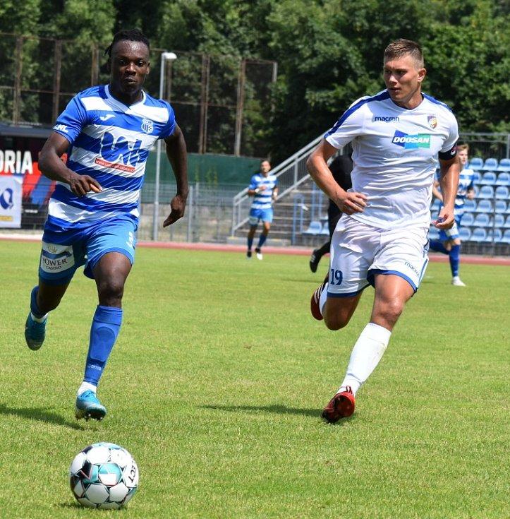 Fotbalisté Ústí nad Labem (pruhované dresy) doma porazili Viktorii Plzeň B 1:0.