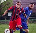 Fotbalisté Chabařovic (červeno-modří) porazili Malé Březno 5:2 a jsou blízko postupu.