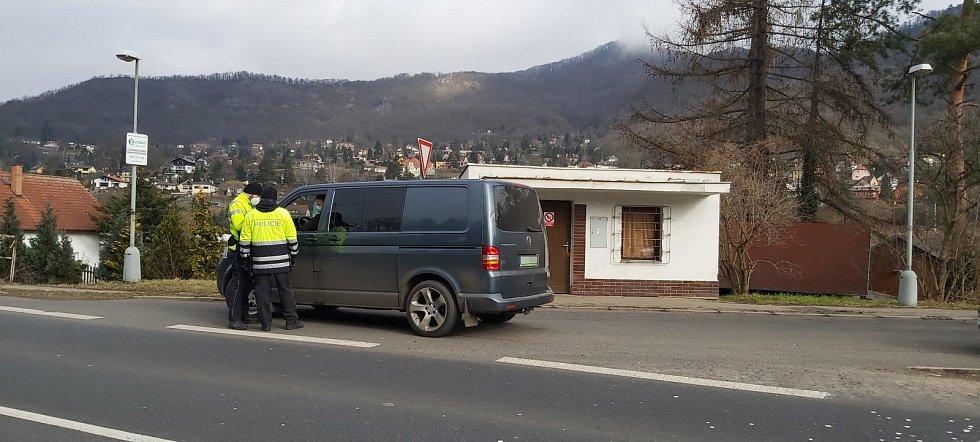 Z namátkových kontrol na hranicích okresu Ústí nad Labem a Litoměřice, po obou březích řeky Labe. Jedna je v Církvicích, druhá na konečné MHD ve Vaňově v Ústí. Pondělí 1. března 2021