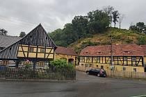 Z kovárny, staré víc než sto let, chtějí Povrly udělat kavárnu a cukrárnu s informačním centrem a muzeem. Prozatím opravily střechu a čekají na dotace.