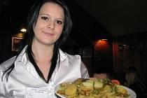 V restauraci Sport Pub Zlatopramen se vařilo, jako každý čtvrtek, podle čtenářů Ústeckého deníku. Na snímku studentka druhého ročníku oboru Klára Soukupová.
