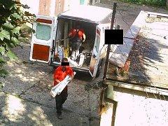 Jedna z fotopastí zachytila pracovníky soukromé firmy, kteří skládali identický stavební materiál na ta samá místa jako před týdnem.