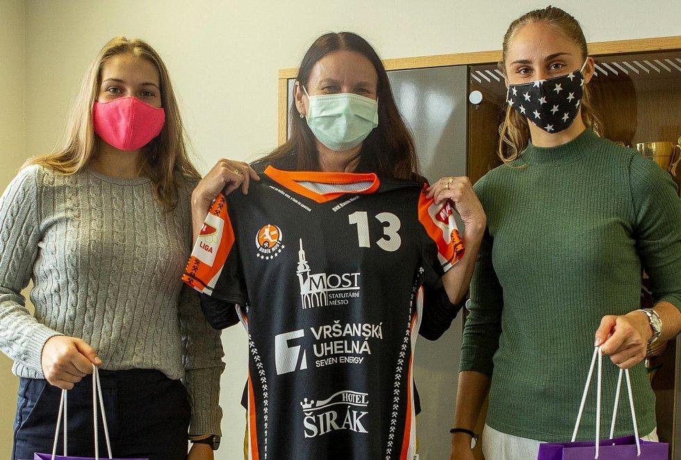 Předávání klubového dresu DHK Baník Most pro UJEP. Zleva Linda Jungová, Alena Chvátalová, Jana Šustková.