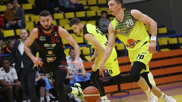 SLUNETA Ústí - Nymburk, KNBL 2019/2020. Spencer Svejcar, v pozadí Dalibor Fait